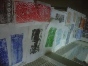 Students creating mono prints
